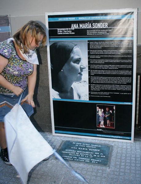 Adriana Lewi, hija de Ana María, descubriendo la baldosa en el BNA