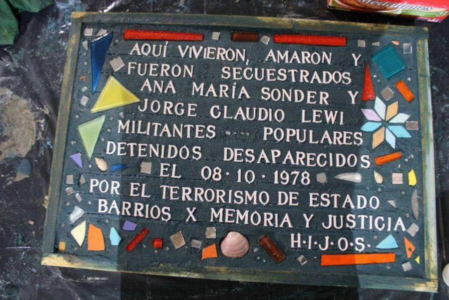 Marca de Memoria, baldosa en la casa de Ana María y Jorge Claudio Lewi, también detenido desaparecido.